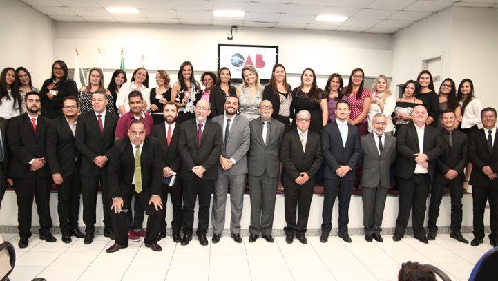 Mais de 30 advogados e estagiários recebem carteira na OAB Contagem